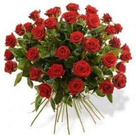 Buchet 49 de trandafiri rosii cu frunze de salal