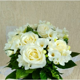 Buchet 5 trandafiri si 10 frezii albe