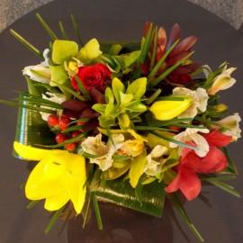 Aranjament de masa cu flori colorate