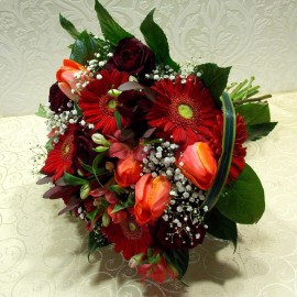 Buchet din flori rosii trandafiri, gerbera, lalele si alstroemeria