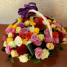 Aranjament in cos cu 99 trandafiri multicolori