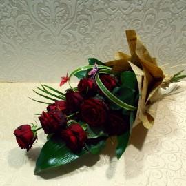 Buchet 9 trandafiri rosii ambalati in ziar