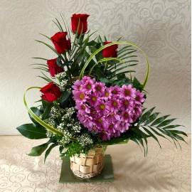 Aranjament in cos cu 5 trandafiri rosii si inima din crizanteme