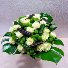Buchet rustic trandafiri si crizanteme in rafie