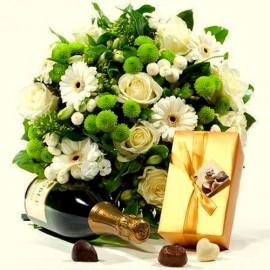 Buchet flori albe si verzi cu praline si vin spumant