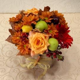 Flori si mere aranjate in vas cu rafie
