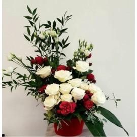 Aranjament trandafiri si eustoma in alb si rosu