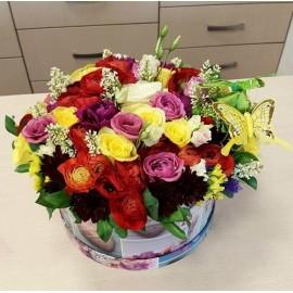 Aranjament flori colorate in cutie si fluturas