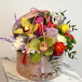 Aranjament flori colorate in cutie si martisor
