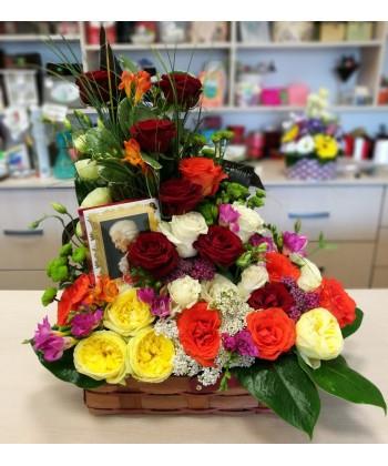 Aranjament cadou flori colorate si praline Mozart