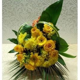 Buchet flori galbene trandafiri, gerbera, crizanteme si solidago