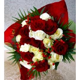 Buchet din 29 trandafiri rosii si albi cu hypericum