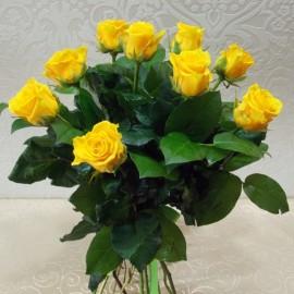 Buchet 11 trandafiri galbeni cu salal si funda din satin