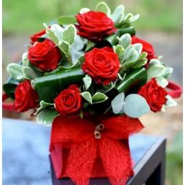 Aranjament 11 trandafiri rosii in cub