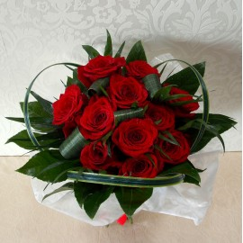 Buchet din 13 trandafiri rosii si aralia