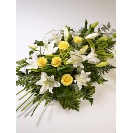 Buchet funerar cu flori albe si galbene