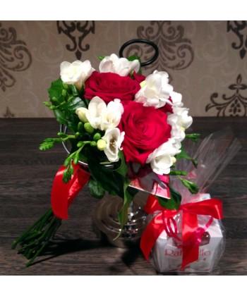 Buchet trandafiri rosii, frezii albe si raffello