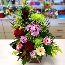 Aranjament floral in vas cu trandafiri si sanziene