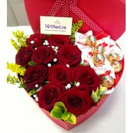 Aranjament inima in cutie cu trandafiri si praline