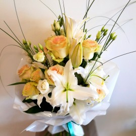 Buchet funerar din trandafiri crem cu lisianthus si crini albi