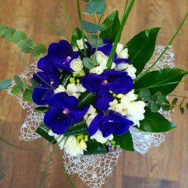 Buchet frezii albe si orhidee albastra cu eucalipt