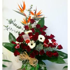 Aranjament Love cu trandafiri rosii si strelitia