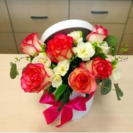 Aranjament in cutie cu trandafiri si frezii