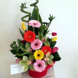 Aranjament in palarie cu flori colorate si bambus- 21 flori