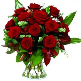 Buchet elegant din 17 trandafiri rosii in vaza