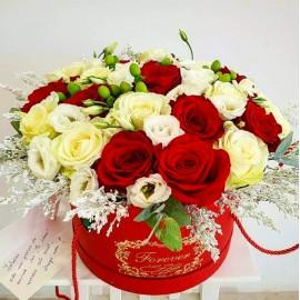 Aranjament mixt trandafiri si lisianthu in alb si rosu
