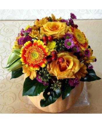Aranjament de toamna in dovleac cu flori galbene si mov