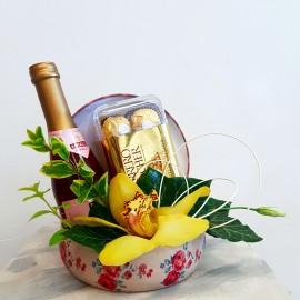 Cadou surpriza in cutie cu orhidee, vin spumant si praline