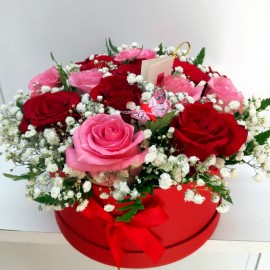 Aranjament cutie trandafiri rosii si roz cu gypsophilla - 15 fire