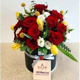 Cutie cu 15 trandafiri rosii si lalele
