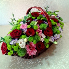 Aranjament cos cu trandafiri, lisianthus si crizanteme colorate