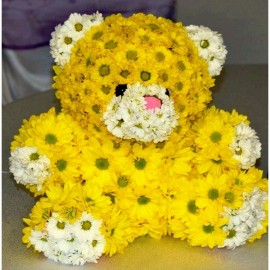 Ursulet pufos din crizanteme albe si galbene