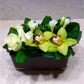 Aranjament trandafiri, frezii si orhidee
