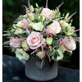 Aranjament cu flori in culori pastel