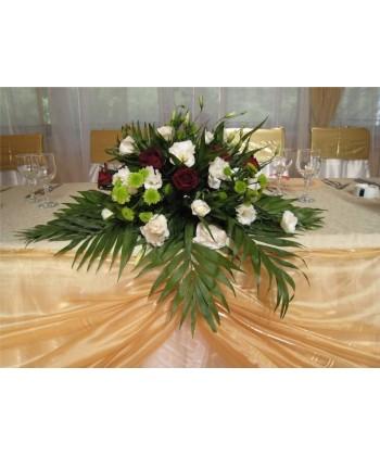 Aranjament cu lisiantus, trandafiri, santini verde