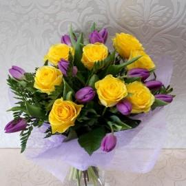 Buchet elegant cu trandafiri si lalele