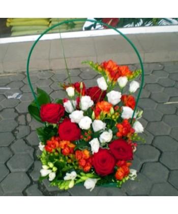 Cos frezii, trandafiri si eustoma