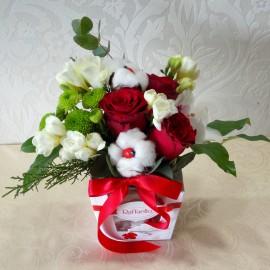 Aranjament floral cu bumbac si Raffaello