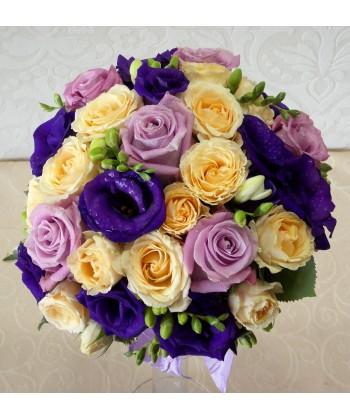Buchet de mireasa cu trandafiri, frezii si eustoma