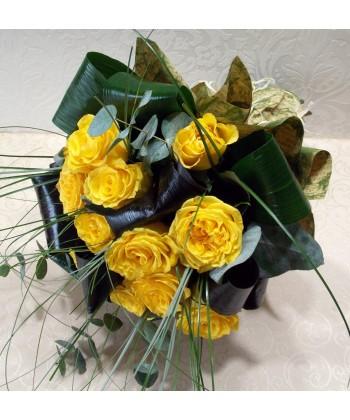 Buchet 13 trandafiri galbeni cu eucalipt