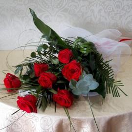 Buchet elegant din 7 trandafiri rosii cu verdeata