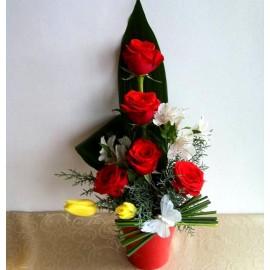 Aranjament 5 trandafiri rosii, alstroemeria si lalele