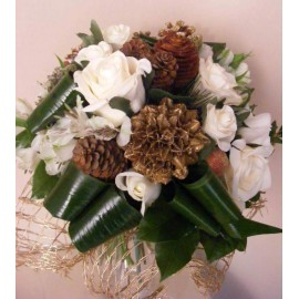 Buchet de iarna din flori albe si accesorii