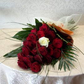 Buchet 21 trandafiri tija lunga in ambalaj ziar vintage