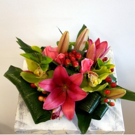 Aranjament pe platou cu orhidee, crini, trandafiri si hypericum
