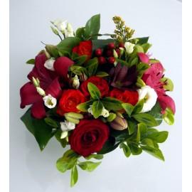 Aranjament de masa cu flori in alb si rosu